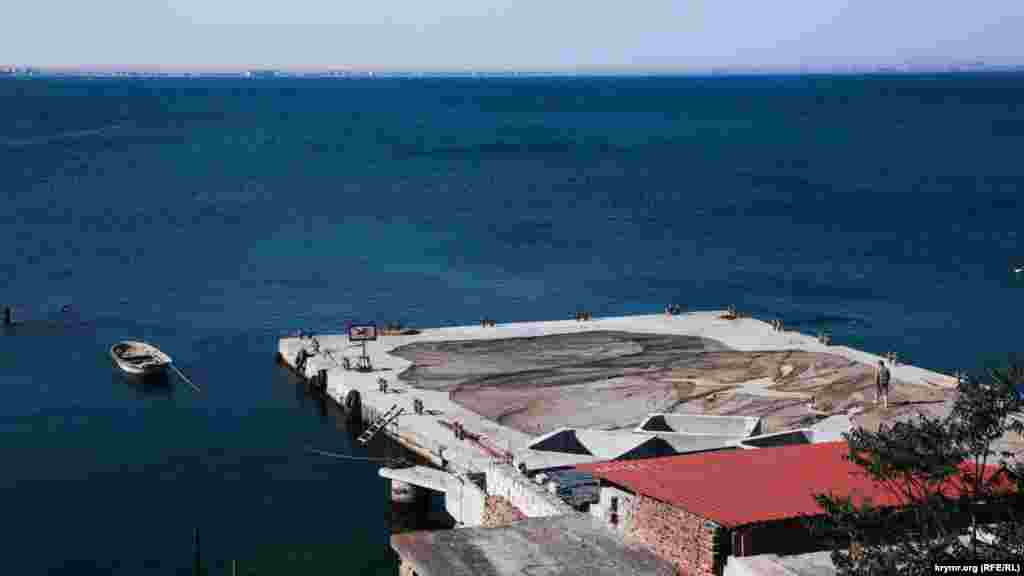 В рыбсовхозе сушат сети для вылова рыбы. В магазине неподалеку продают крымскую мидию, вылов которой запрещен (или карается штрафом). А вот сезон барабульки уже закончился, хотя на рынке все еще продают размороженную под видом только что выловленной