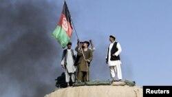 Ауған полициясы бункерге ту қадап жатыр. 24 қазан 2012 жыл. (Көрнекі сурет)