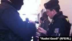 Сотрудник чешской полиции проверяет документы (иллюстративное фото)