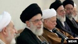 آيت الله خامنه ای در جمع اعضای مجلس خبرگان رهبری، به ستايش از عملکرد محمود احمدی نژاد پرداخت.(عکس از مهر)