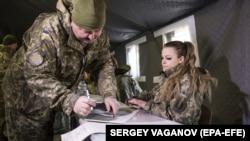 Українські військовослужбовці голосують на виборчій дільниці неподалік лінії фронту поблизу Маріуполя, 31 березня 2019 рок