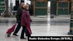 Луѓе шетаат на плоштадот Македонија во Скопје