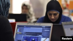 Женщина в офисе иорданской компании по поддержке стартапов. Амман, 2 ноября 2011 года.