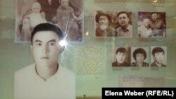 Витрина с фотографиями Нурсултана Назарбаева в молодости со своими близкими родственниками. Темиртау, 17 октября 2012 года.