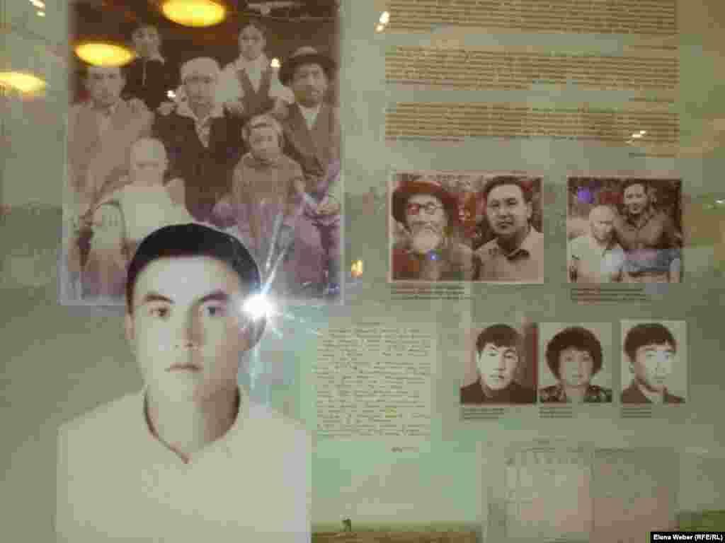 В Темиртау начал работать еще один музей президента Казахстана Нурсултана Назарбаева. Некоторые эксклюзивные сувениры и фотографии еще не показывают посетителям. На фото: витрина с фотографиями Назарбаева в молодости со своими близкими родственниками.