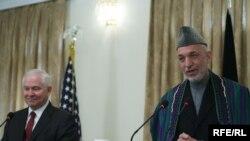 Міністр оборони США Роберт Гейтс (ліворуч) і президент Афганістану Хамід Карзай під час прес-конференції в Кабулі, Афганістан, 8 грудня 2009 року