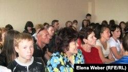 Родители, ученики и учителя школы-лицея № 9 в суде. Темиртау, 2 августа 2011 года.