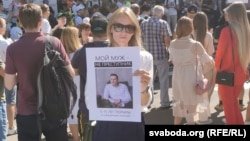 Katsyaryna Savitskaya eventually found her husband by showing his picture to protesters released by the police.