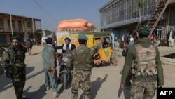 Pamje pas shpërthimit të sotëm në hyrje të bazës së NATO-s në Bagram, ku pjesëtarët e sigurisë i ndalin njerëzit që të mos i afrohen këtij kapaciteti ushtarak