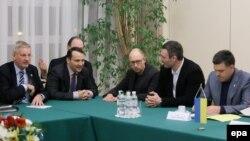 Карл Більдт (л) і Радослав Сікорський (2-й л), на цьому фото під час зустрічі з лідерами опозиції в Києві 5 грудня 2013 року