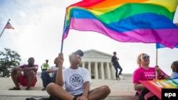 ЛГБТ-активисты у здания Верховного суда США незадолго до принятия решения о легализации однополых браков