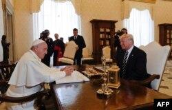 Президент США Дональд Трамп під час зустрічі із папою Римським Франциском. Ватикан, 24 травня 2017 року