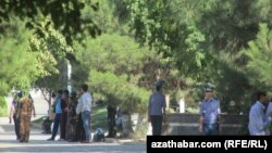Сотрудники полиции Туркменистана на улице.