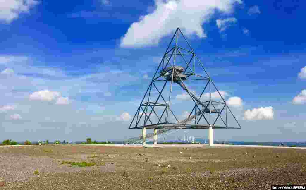 С вершины тетраэдра в Боттропе можно разглядывать заводы Рура