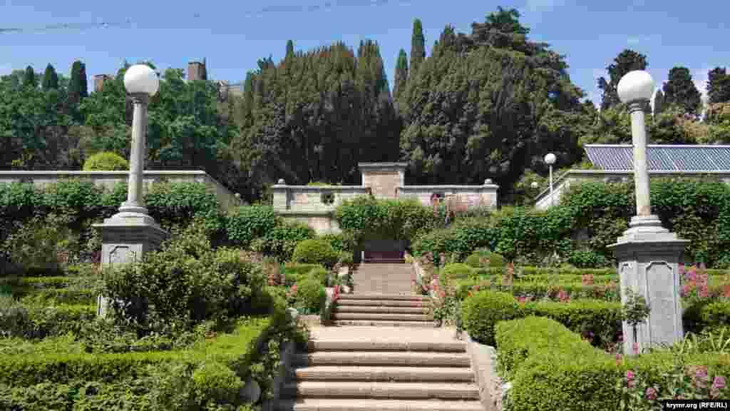 Парк навколо палацу