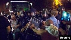 Болгар полициясынын атайын күчтөрү менен митингчилер парламент имаратынын сыртында теришүүдө. София, 23-июль 2013.
