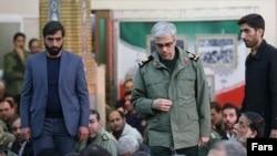 محمد باقری، ایستاده در وسط تصویر