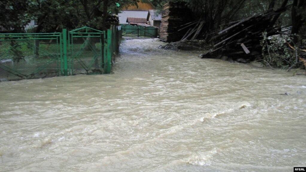 Синоптики: на Прикарпатті уже випала півторамісячна норма дощів (відеосюжет)