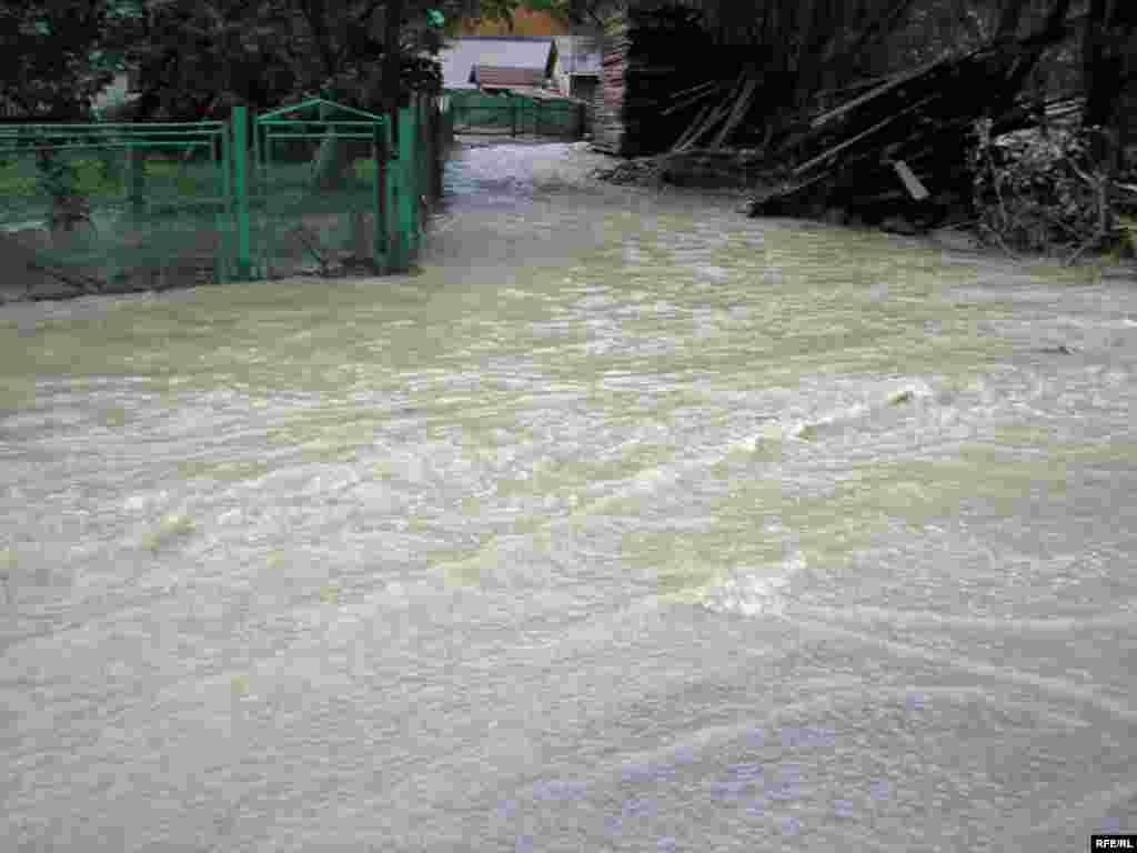 Ukraine -- Floods and torrential rains in Western Ukraine on July 23-26 are considered the most catastrophic in at least 100 years - Повені в Західній Україні 23–26 липня 2008 року називають найкатастрофічнішими принаймні за сто років. - Верховина, Івано-Франківська область, повінь, 25 липня 2008