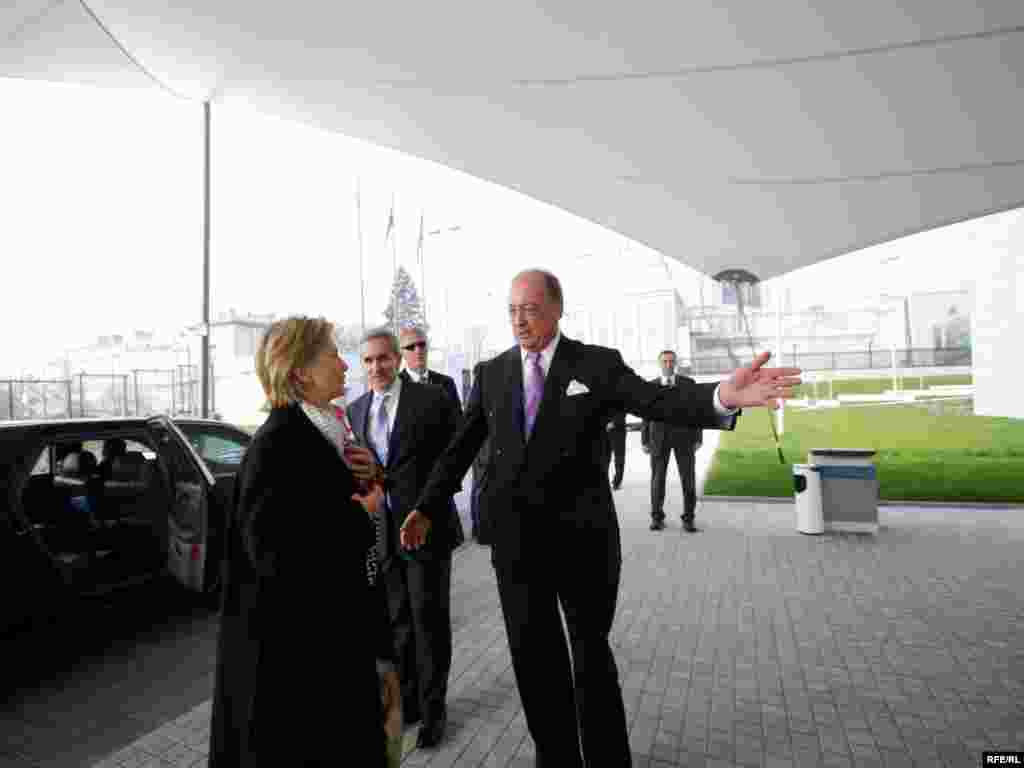 ...na ulazu su je pozdravili predsjednik RFE/RL Jeff Gedmin i Jeff Hirshberg,član BBG-a...