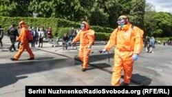 Комунальні служби обробляють вулицю навколо Парку Слави для протидії коронавірусу. Київ, 9 травня 2020