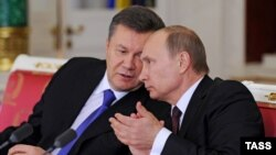 Վլադիմիր Պուտինը և Վիկտոր Յանուկովիչը Մոսկվայում փաստաթղթերի ստորագրման արարողության ժամանակ, 17-ը դեկտեմբերի, 2013թ․