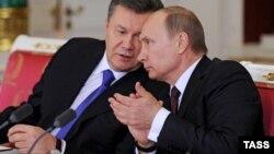 Президент України Віктор Янукович (ліворуч) і президент Росії Володимир Путін під час церемонії підписання спільних документів у рамках засідання Українсько-Російської міждержавної комісії, 17 грудня 2013 року