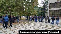 Кримчани чекають на рішення суду в Сімферополі, 9 жовтня 2017 року