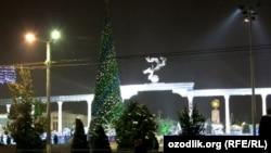 Новогодняя елка на площади Независимости в Ташкенте.
