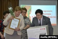 Төмәннең 52нче мәктәбе директоры Алефтина Манкаева котлау кабул итә