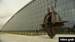 У штаб-квартиры НАТО.