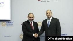 Премьер-министр Армении Никол Пашинян (слева) и президент Болгарии Румен Радев, Санкт-Петербург, 7 июня 2019 г.