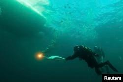 Один из этапов эстафеты Олимпийского огня в водах Байкала. Ноябрь 2013 года