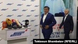Сооронбай Жээнбеков баспасөз конференциясын өткізу үшін мінбеге жақындап келеді. Бішкек, 15 қазан 2017 жыл.
