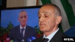 По словам Аслана Бешто, ухудшение абхазо-черкесских отношений усугубил отказ президента Абхазии Александра Анкваба от проекта строительства дороги на Северный Кавказ