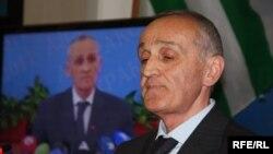Александр Золотинскович разочаровал многих, кто надеялся, что при нем оживет экономика Абхазии, начнет возрождаться промышленность, произойдут принципиальные сдвиги в основных сферах жизни, а не продолжится практика «латания дыр»