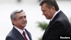 Президент Украины Виктор Янукович (справа) приветствует своего армянского коллегу Сержу Саргсяна, Киев, 1 июля 2011 г.