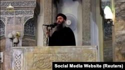 Presupusul lider al grupării Statul Islamic, Abu Bakr al-Baghdadi, la moscheea din Mosul (imagine publicată în 5 iulie 2014)