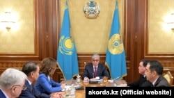 Президент Казахстана Касым-Жомарт Токаев на встрече со спикером сената, премьер-министром, председателем Конституционного совета и зампреда мажилиса, Нур-Султан, 8 апреля 2019 года.