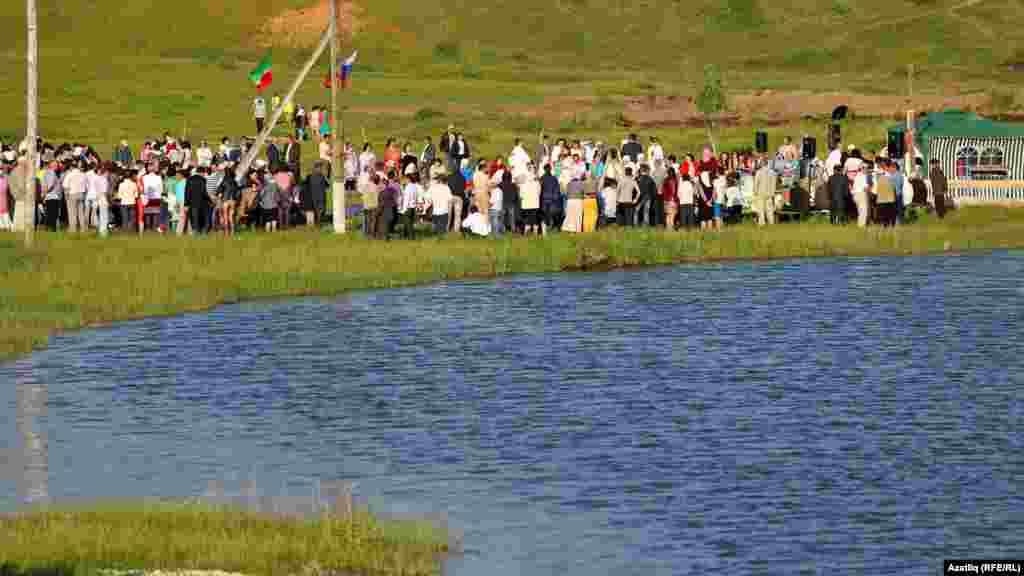 Күки авылы Сабантуе авыл янәшәсендәге елга буенда үтә.