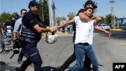 Диярбакырдағы наразылық кезінде оқытушыны ұстап бара жатқан полиция қызметкерлері. Түркия, 9 қыркүйек 2016 жыл (Көрнекі сурет).