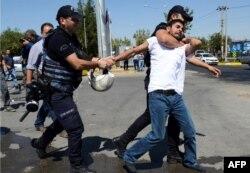 Полиция в Анкаре разгоняет демонстрацию учителей, потерявших работу. Октябрь 2016 года