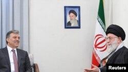 آیتالله علی خامنهای (راست) در کنار عبدالله گل، رئیس جمهور ترکیه