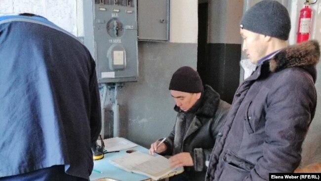 Работники энергепередающей компании в поселке Жанаарка.