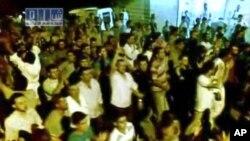 Хама қаласының маңында халық наразылық шеруін өткізіп жатыр. Хама, 2 тамыз 2011 жыл.