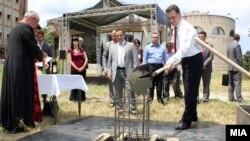 Премиерот Никола Груевски поставува камен темелник на катна гаража во Скопје.