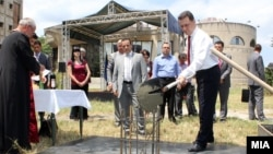 Премиерот Груевски става камен темелник на барокна катна гаража.