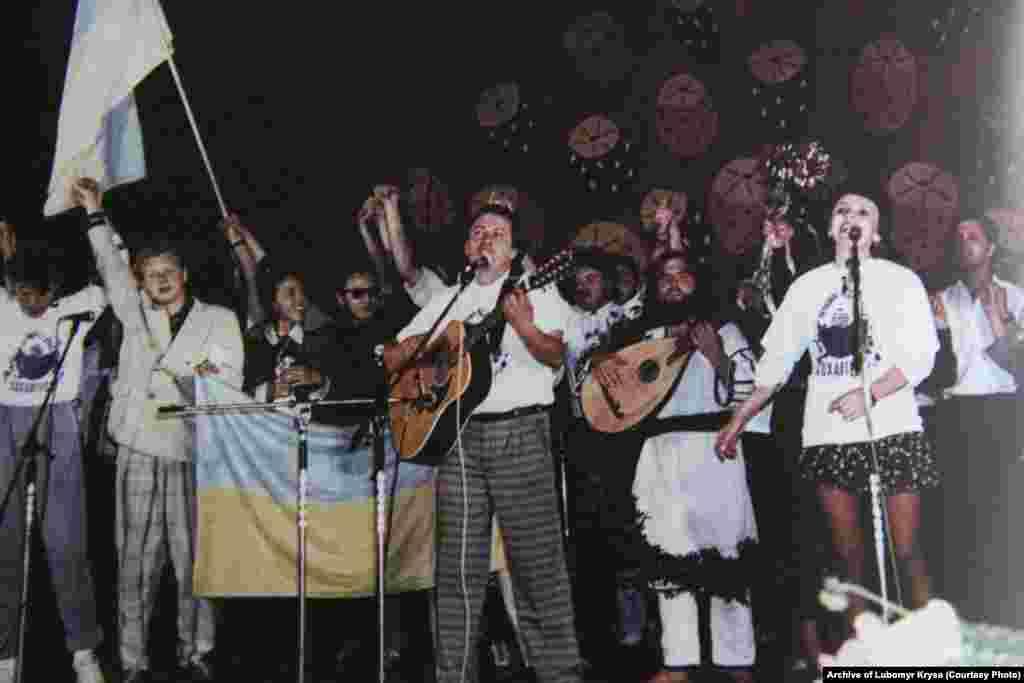 Учасники фестивалю «Червона рута» (зліва направо): «Брати Гадюкіни», Віктор Морозов, Василь Жданкін, Марта Лозинська. Чернівці, 1989 рік