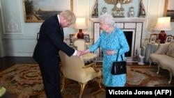 Mbretëresha britanike, Elizabeth II dhe kryeministri i Britanisë, Boris Johnson.