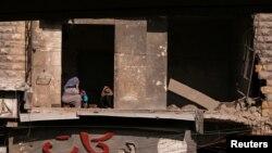 Жители Алеппо в разрушенных зданиях. 9 декабря 2016 года.